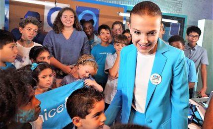 """""""Go Blue"""", Millie Bobby Brown e le star per i diritti dei bambini"""