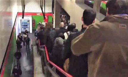 Paura in metro Milano, brusca frenata per donna in galleria