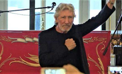 """Roger Waters con il pugno alzato, """"ospite d'onore"""" a Buenos Aires"""
