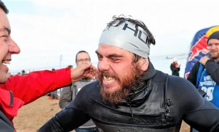 L'impresa di Ross Edgley, ha nuotato per 157 giorni schivando squali, meduse e navi cargo