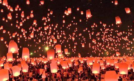 Spettacolo notturno in Thailandia, migliaia di lanterne in cielo