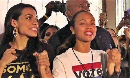 Zoe Saldana e Rosario Dawson ai latinos: votate contro Trump