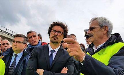 Toninelli visita i cantieri nell'isola, governo è presente