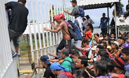 Scontri a confine fra Messico e Usa. Trump chiude valico Tijuana