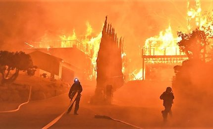 Incendi in California, bilancio vittime aumenta a 25 morti. Lady Gaga, Kim Kardashian, Cher: in fuga le star