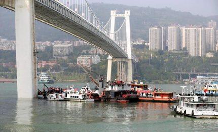 Cina, passeggera litiga con autista e il bus precipita nel fiume