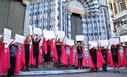 """In piazza le """"ancelle"""" contro la legge Pillon sul divorzio"""