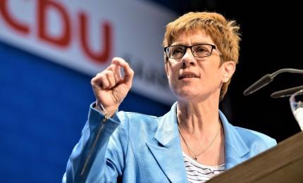 """""""Mini-Merkel"""" eletta alla guida Cdu. La Cancelliera: """"E ora inizia un nuovo capitolo"""""""