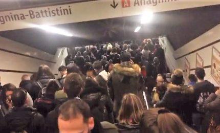 Caos metro a Roma, la fila impossibile dei passeggeri