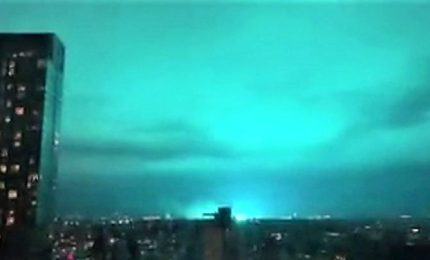 Cielo di New york di un blu mai visto: alieni? No, un incidente