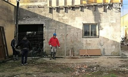 Famiglia povera, concittadini ristrutturano casa fatiscente in Puglia