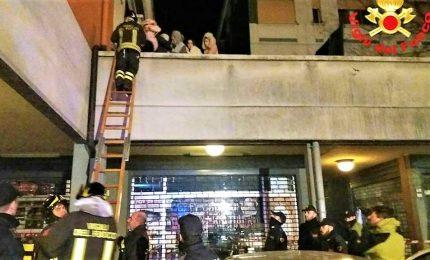Incendio in un edificio, 2 morti e 38 intossicati. Bambina grave