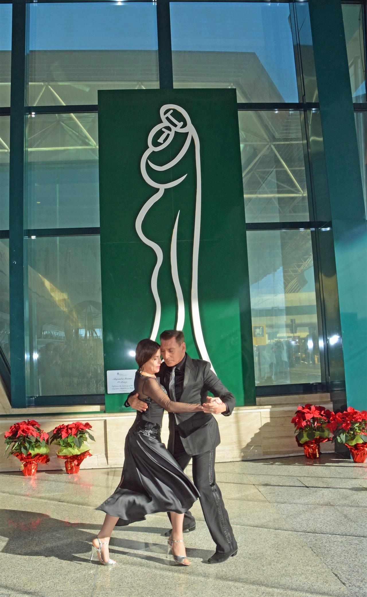 Lo scultore Marmo dona opera all'aeroporto di Fiumicino