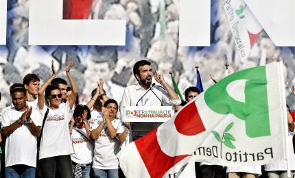 """Pd in piazza contro la manovra. E i militanti gridano: """"Unità!"""""""