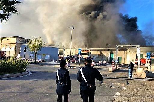 Roma, in fiamme un impianto rifiuti di via Salaria