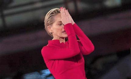 Sharon Stone si commuove per il premio della Croce Rossa