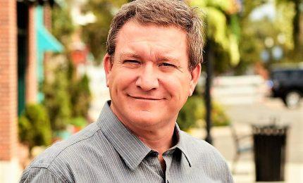 Attore serie Disney licenziato per accuse sesso con minori