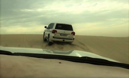 Sulle dune nel deserto del Qatar: fuoristrada e radio al massimo