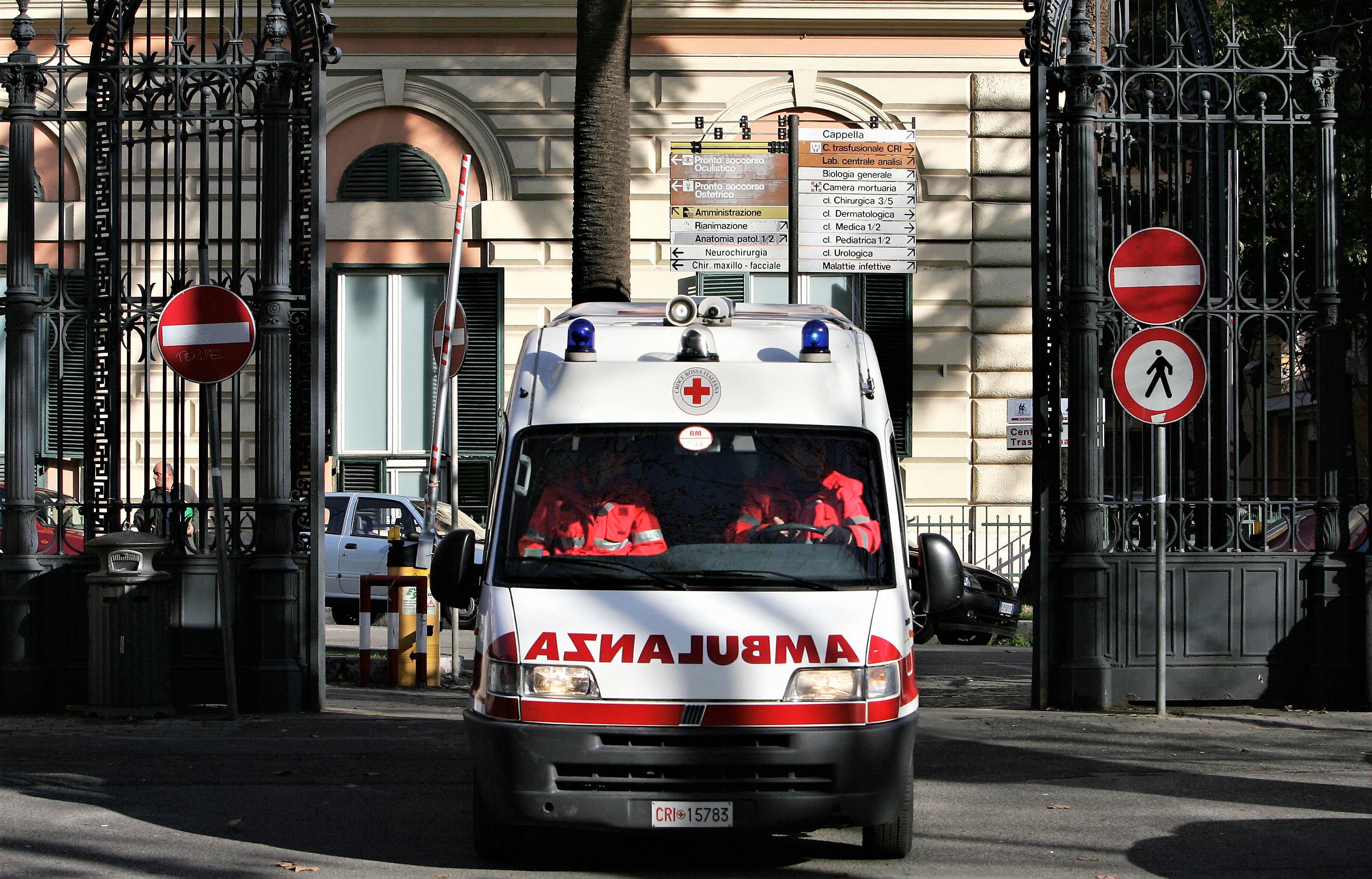 Savona, 18enne si dà fuoco in piazza come il padre 5 anni fa