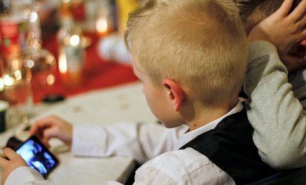 Troppe ore davanti allo smartphone fanno male ai ragazzi, conseguenze sullo sviluppo cerebrale