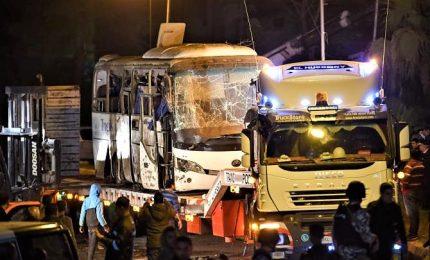 Bomba contro un bus di turisti alle Piramidi, quattro morti. Giallo sul percorso effettuato