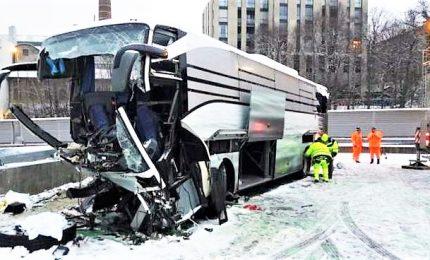Bus si schianta vicino Zurigo: muore un'italiana, 43 feriti di cui tre gravi