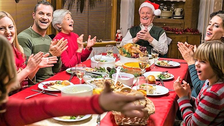 Psicologo: anche i doni diventano social, riscoprire feste in famiglia