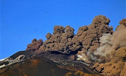 Intenso sciame sismico sull'Etna, colonna di cenere dal vulcano