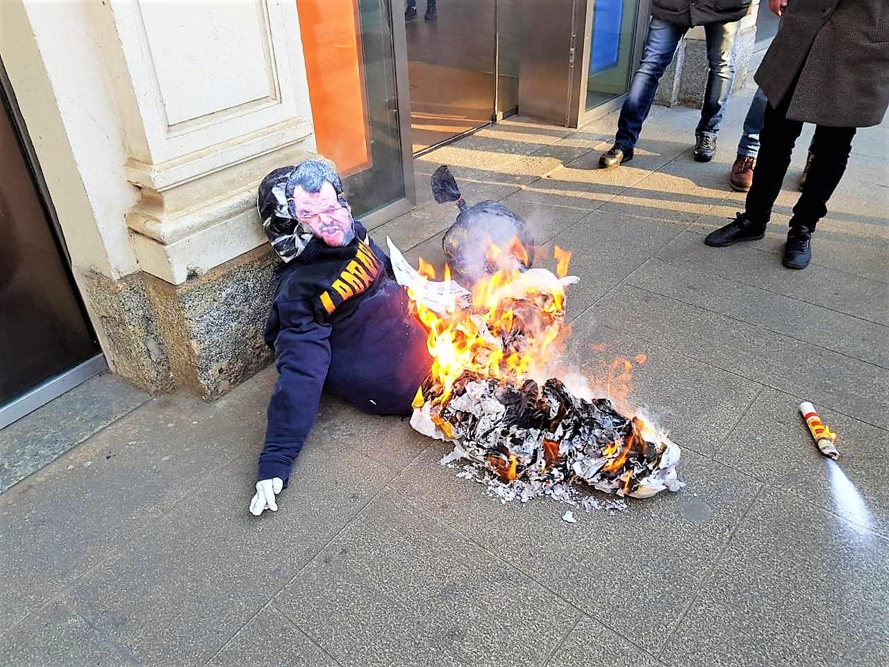 Corteo studenti a Milano, bruciato fantoccio di Salvini, recava la scritta
