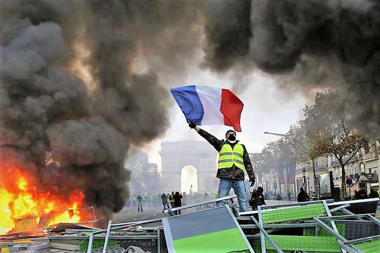 Gilet gialli tornano in piazza, rischio di altri violenti scontri