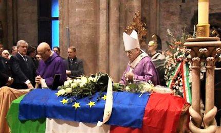 L'addio a Megalizzi, la bara avvolta nella bandiera europea e l'Inno alla Gioia