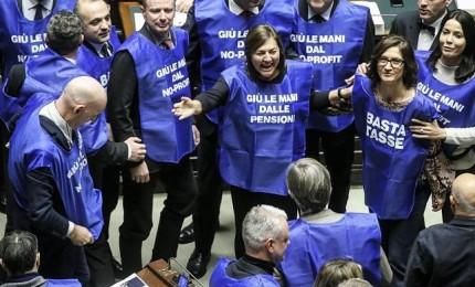 """Berlusconi lancia """"gilet azzurri"""", a gennaio in piazza contro la manovra"""