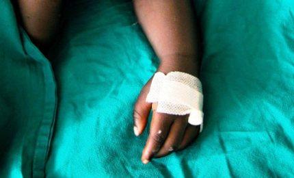Circoncisione rituale in casa: muore bimbo, altro è grave. Arrestato l'uomo che ha operato