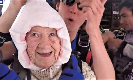 Nonna di 102 anni da record, si lancia con il paracadute