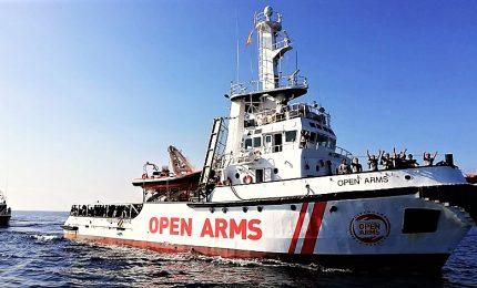"""La Open Arms in cerca d'approdo, 300 migranti a bordo. Salvini: """"Porti chiusi"""". E la Spagna apre"""