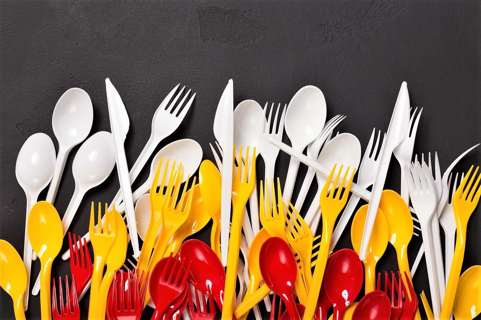 Niente più forchette e cannucce di plastica, parlamento Ue approva la legge