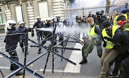 Cariche e lacrimogeni contro gilet gialli, circa 700 arresti