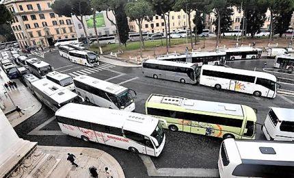 Roma, manifestazione di bus turistici davanti Campidoglio
