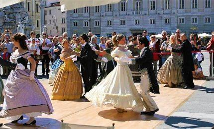 A Trieste il valzer piu' grande del mondo, in pista 1.598 coppie di danzatori. Record da Guinness