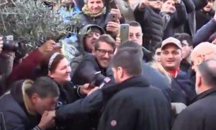 Salvini a Afragola, in video baciamano a suo arrivo in piazza