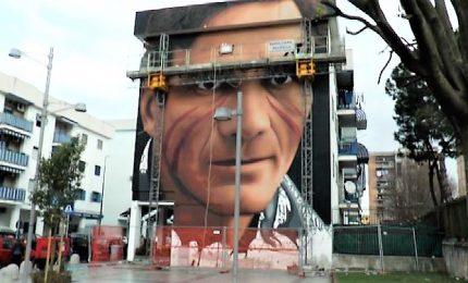 Jorit firma il murale di Pasolini fuori dalla metro di Scampia