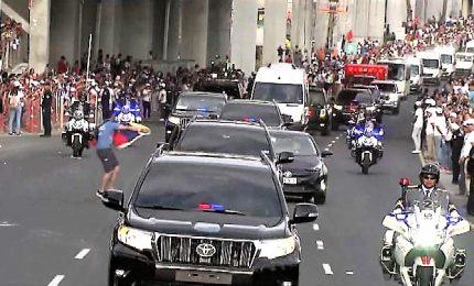L'auto papale sbanda per evitare un uomo con bandiera venezuelana