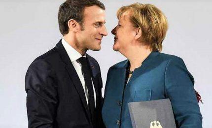 Nuovo trattato franco-tedesco, Macron e Merkel contro la minaccia dei nazionalismi. I due leader contestati a Aquisgrana