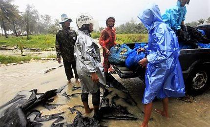 Migliaia di turisti bloccati in Thailandia per la tempesta Pabuk