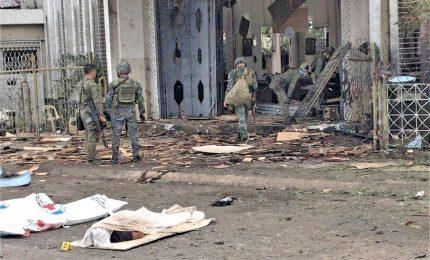 Filippine, l'Isis rivendica un attentato in cattedrale a Jolo. Due bombe durante la messa, 20 morti