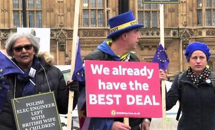La Camera dei comuni vota su Accordo con l'Europa, manifestanti fuori dal parlamento. La May sulla graticola
