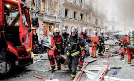 Esplosione in una panetteria di Parigi, diversi i feriti. Per le autorità, si tratta di fuga di gas