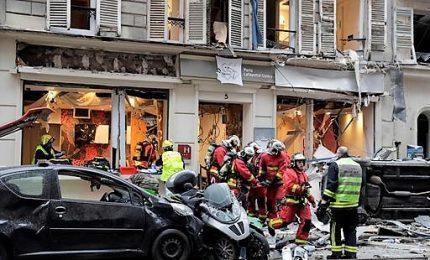 Esplosione in una panetteria di Parigi, morti due pompieri e una donna spagnola