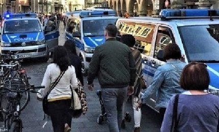 Un uomo travolge folla con l'auto, quattro feriti