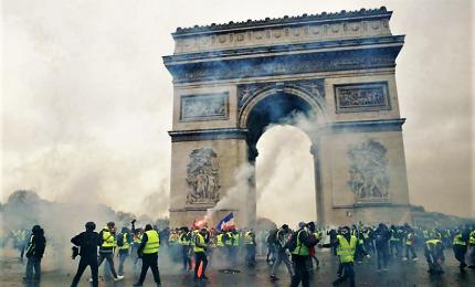 Gilet gialli atto nono, 84 mila in piazza. Manifestanti circondano casa di Macron